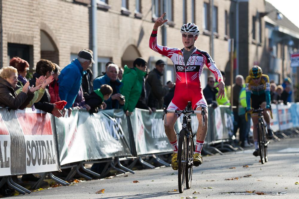 Thijs Wolsink wint bij de Junioren de Jaarmarktcross in Niel 2014